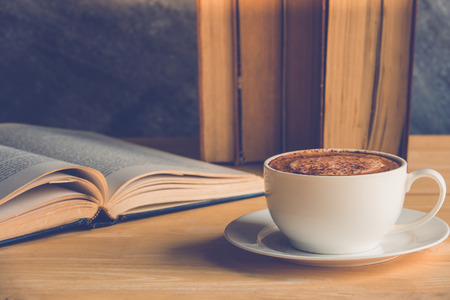 tabel: Cup of coffee cappuccino with old books on tabel