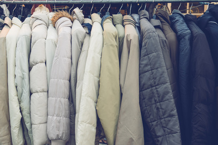 Mode winterjassen opgehangen op een kledingrek. Stockfoto - 67273936