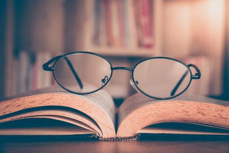 Close-up van leesbril op het boek.