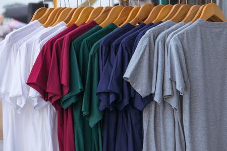 Various color of T-shrit on rack Archivio Fotografico