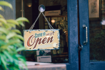 Open signboard on shop door 版權商用圖片 - 87254291
