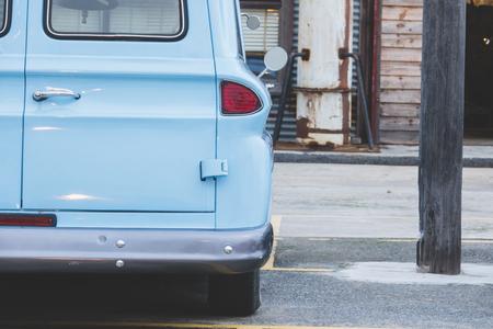 古典的な車の後ろに