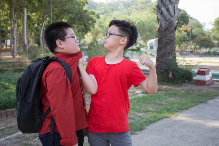 Jeunes étudiants se battant dans le parc