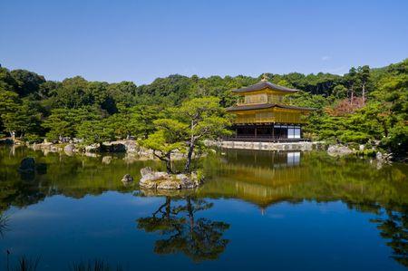 Templo de Kinkaku-ji, El templo del Pabellón Dorado, de en Kyoto Japón  Editorial