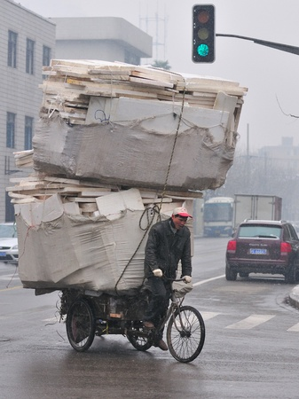 SHANGHAI , CHINA - FEB 01 2008 : Chinese trafic in snowy day Stock Photo - 8707276