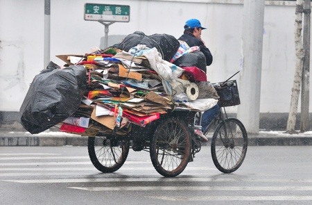 SHANGHAI , CHINA - FEB 02 2008 :Chinese trafic snowy day