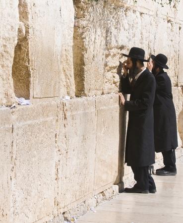 Jérusalem, Israël - AUG 06 : Juif orthodoxe prier dans le mur ouest, un Important site religieux juif situé dans la vieille ville de Jérusalem  Banque d'images - 8728430