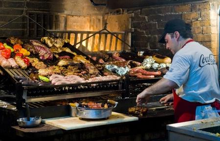 chorizos asados: MONTEVIDEO, URUGUAY - 22 de noviembre de 2008: barbacoa en restaurante uruguayo