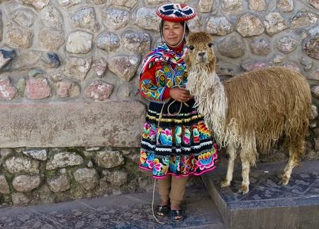 CUSCO, Pérou - 27 mai : Non identifiée fille péruvienne en habits traditionnels colorés, tenant alpaga dans la rue de la  Banque d'images - 10582088
