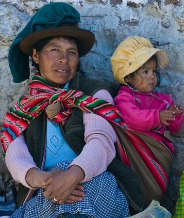 ここでの子供とペルーのクスコ市市場クスコ, ペルー - 2011 年 5 月 28 日: ペルーの女性 報道画像