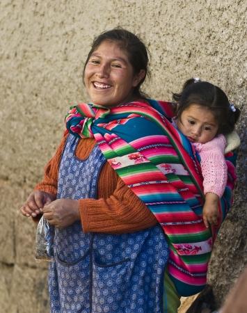 ペルーのクスコの市場でここで子供とクスコ, ペルー - 2011 年 5 月 28 日: ペルー女性