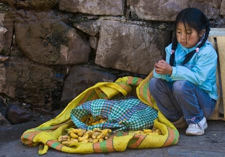 ローカル市場でクスコ、ペルー - 2011 年 5 月 27 日: Pruvian の女の子