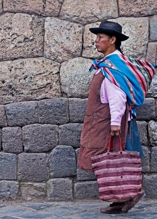 Cusco, Pérou - 25 mai : femme péruvienne à pied dans les étroites ruelles de Cusco Pérou  Banque d'images - 10623149