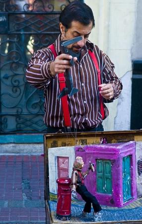 puppetry: BUENOS AIRES, ARGENTINA - 24 de abril de 2011: Titiritero en un espect�culo de t�teres callejeros en Buenos aires Argentina   Editorial
