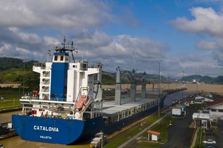 CANAL DE PANAMA, PANAMA - 25 décembre 2010: Grand navire traversant le canal de Panama Banque d'images - 10678025