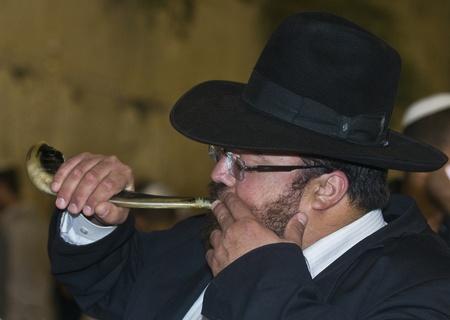 """shofar: GERUSALEMME - 26 settembre: Ebreo che soffia """"Shofar"""" durante le preghiere penitenziali del """"selichot"""", tenutosi il 26 settembre 2011 nel """"muro del pianto"""" di Gerusalemme, Israele"""
