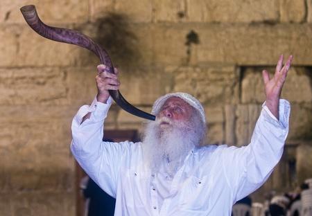 エルサレム - 9 月 26: ユダヤ人エルサレム, イスラエル共和国「嘆きの壁」で 2011 年 9 月 26 日に開催されたSelichotのざんげの祈りの中にショファル