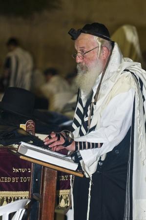 """JEROZOLIMA - 26 WRZ: Stary Żyd modli się podczas modlitwy pokutnym charakterem życia zakonnego """"Selihot"""", odbyły się 26 września 2011 r w """"Wailing wall"""" w Jerusalem, Izrael Publikacyjne"""