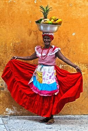 Cartagena de Indias, COLOMBIE - DEC 21: une femme non identifiée Palenquera vendre fruts à Cartagena de Indias le 21 Décembre 2010, Palenqueras sont un groupe ethnique africain descendat uniques dans la région nord de l'Amérique du Sud Banque d'images - 10986561