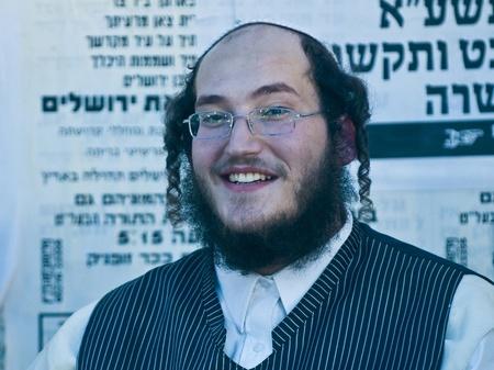 "chassidim: GERUSALEMME - 10 ottobre 2011: l'uomo ultra ortodossa ebraica nel ""Mea Shearim"" distretto di Gerusalemme, Israele"
