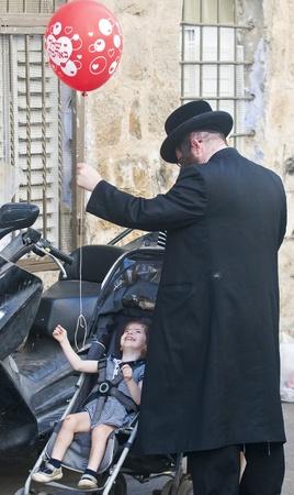 """chassidim: GERUSALEMME - 10 ottobre 2011: famiglia ebrea ultra nella """"Mea Shearim"""" distretto di Gerusalemme, Israele"""