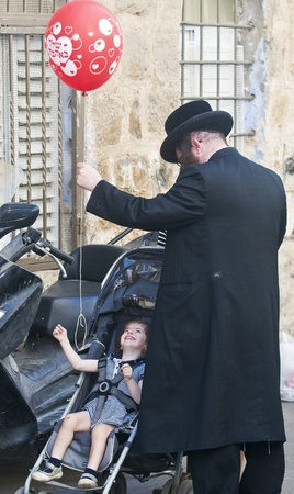 hasidic: JERUSALEM - OCTOBER 10 2011 : Jewish ultra family in the Mea Shearim district  Jerusalem , Israel Editorial