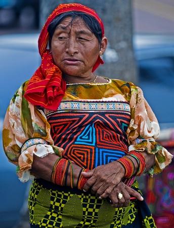 the tribe: PANAM� - 25 de diciembre: Retrato de la mujer Kuna el 25 de diciembre de 2010 en la ciudad de Panam�, Panam� - pueblo Kuna est�n tribu ind�gena de Panam�