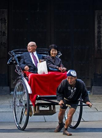 TOKYO - OCT 29: un couple japonais sur un pousse-pousse trditional être tiré le 29 Octobre 2009 à Tokyo, Japon Banque d'images - 11314548