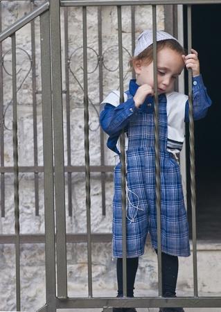 "chassidim: GERUSALEMME - 10 ottobre 2011: bambino ebreo ultra ortodosso nella ""Mea Shearim"" distretto a Gerusalemme Israele"