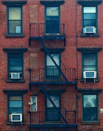 huir: Una escalera de incendios de un edificio de apartamentos en la ciudad de Nueva York Foto de archivo