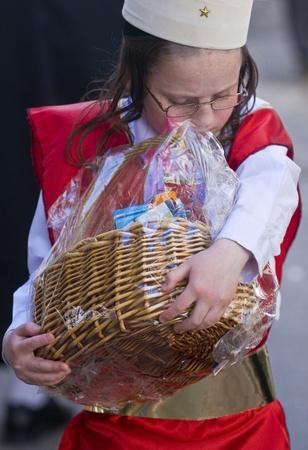 chassidim: GERUSALEMME - MARS 09: Ultra ortodossi costume ragazzo in possesso di Mishloach Manot durante Purim a Mea Shearim a Gerusalemme su Marte 09 2012, Mishloach Manot � doni alimentari tradizionali fornite durante Purim