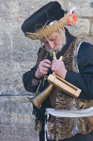 chassidim: GERUSALEMME - MARS 09: Ultra uomo ortodosso durante il Purim in Gerusalemme, Mea Shearim su Marte 09 2012, Purim � una festa ebraica festeggia la salvezza degli ebrei dal jenocide nell'antica Persia