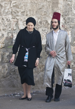 chassidim: GERUSALEMME - MARS 09: Ultra coppia ortodossa durante il Purim in Gerusalemme, Mea Shearim su Marte 09 2012, Purim � una festa ebraica festeggia la salvezza degli ebrei dal jenocide nell'antica Persia Editoriali