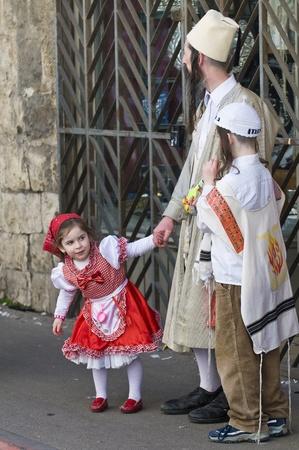 chassidim: GERUSALEMME - MARS 08: Ultra famiglia ortodossa durante il Purim in Gerusalemme, Mea Shearim su Marte 09 2012, Purim � una festa ebraica festeggia la salvezza degli ebrei dal jenocide nell'antica Persia Editoriali