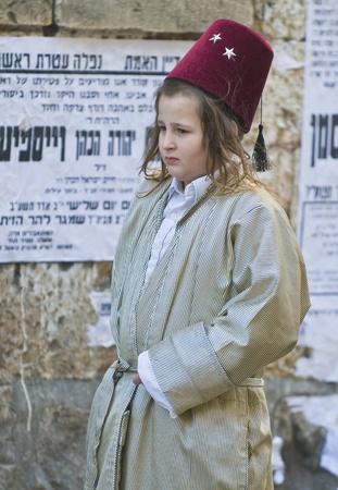 chassidim: GERUSALEMME - MARS 09: Ultra ragazzo ortodossa in costume durante il Purim in Gerusalemme, Mea Shearim su Marte 09 2012, Purim � una festa ebraica festeggia la salvezza degli ebrei dal jenocide nell'antica Persia Editoriali