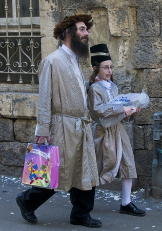 hasidim: ERUSALEM - MARS 09 : Ultra Orthodox man holding Mishloach Manot during Purim in Mea Shearim Jerusalem on Mars 09 2012 , Mishloach Manot is traditional food gifts given during Purim Editorial