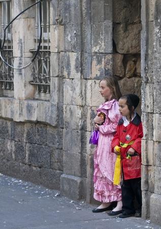 chassidim: GERUSALEMME - MARS 09: Ultra bambini in costume ortodossi durante Purim in Mea Shearim a Gerusalemme su Marte 09 2012, Purim � una festa ebraica festeggia la salvezza degli ebrei dalla jenocide nell'antica Persia