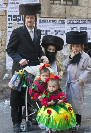 chassidim: GERUSALEMME - MARS 08: Ultra famiglia ortodossa durante Purim a Mea Shearim a Gerusalemme su Marte 09 2012, Purim � una festa ebraica celebra la salvezza degli ebrei da jenocide nell'antica Persia