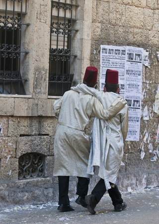 chassidim: GERUSALEMME - MARS 09: Ultra uomini ortodossi durante Purim a Mea Shearim a Gerusalemme su Marte 09 2012, Purim � una festa ebraica celebra la salvezza degli ebrei da jenocide nell'antica Persia