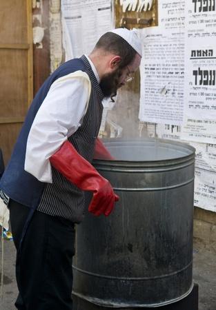 chassidim: GERUSALEMME - APRIL 05: Un uomo ultra ortodossa si sta preparando per la festa ebraica della Pasqua da parte purifacation dei piatti a Gerusalemme Israele il 5 Aprile 2012