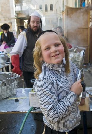 chassidim: GERUSALEMME - APRIL 05: Un ebrei ultra ortodossi stanno preparando per la festa ebraica della Pasqua da parte purifacation dei piatti a Gerusalemme Israele il 5 aprile 2012