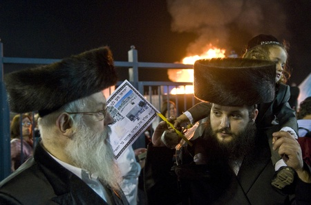 lag: MERON , ISRAEL - MAY 10 : Orthodox Jews celebrates Lag Baomer in Bar Yochai tomb in Meron , Israel on May 10 2012 , Lag Baomer is a Jewish holiday in wich it is customary to light bonfire Editorial