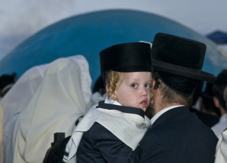 MERON, ISRAEL - 10 mai: Les juifs orthodoxes célèbre Halake à Bar Yochai tombe dans Meron, en Israël le 10 mai 2012, Halake est la cérémonie célébrée en première coupe de cheveux Ba'omer Lag Banque d'images - 13669748