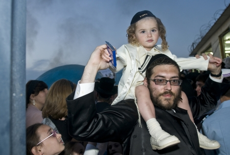 MERON, ISRAEL - 10 mai: Les juifs orthodoxes célèbre Halake à Bar Yochai tombe dans Meron, en Israël le 10 mai 2012, Halake est la cérémonie célébrée en première coupe de cheveux Ba'omer Lag Banque d'images - 13669745