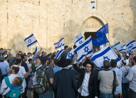 エルサレム - 2012 年 5 月 20 日: 右翼イスラエル人男性ダンスの前にダマスカスのゲートの前にエルサレム日エルサレム日 throuh を行進するエルサレム 報道画像