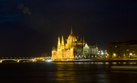 basillica: The Hungarian parlament building in Budapest by night