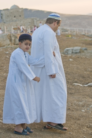 samaritans: NABLUS, WEST BANK - JUNE 24 : Members of the ancient Samaritan community during the holy day of Shavuot in Mount Gerizim on June 24 2012, Shavuot is an holyday commemoretas the anniversary of the day god have given the Torah to the Israelites