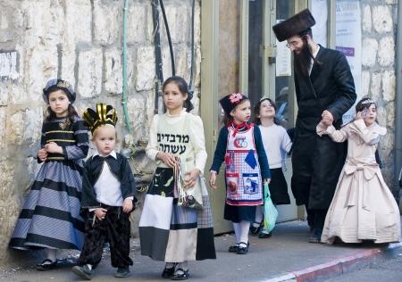 chassidim: GERUSALEMME - MARS 09: Ultra famiglia ortodossa durante Purim a Mea Shearim a Gerusalemme su Marte 09 2012, Purim � una festa ebraica celebra la salvezza degli ebrei da jenocide nell'antica Persia Editoriali