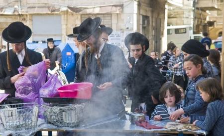 chassidim: GERUSALEMME - APRIL 05: Un ultra ortodossi uomo si sta preparando per la festa ebraica della Pasqua da parte purifacation dei piatti a Gerusalemme Israele il 5 Aprile 2012 Editoriali