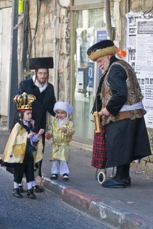chassidim: GERUSALEMME - MARS 09: ultra ortodossi uomo regali ai bambini durante un Purim a Mea Shearim a Gerusalemme su Marte 09 2012, Dare i regali ai bambini � una tradizione di Purim